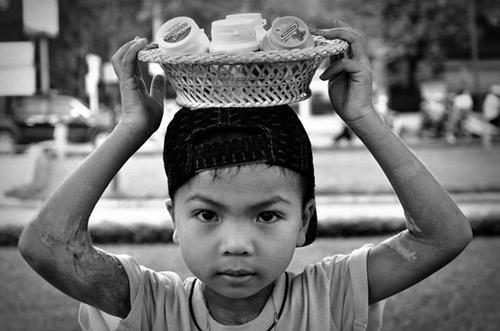 Tuoi Tho Co Cuc Cua Nhung Dua Tre Ban Keo Dao Tren Duong Pho Hinh Anh