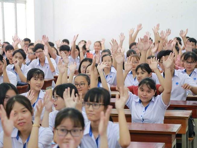Tranh cãi việc buộc sinh viên mặc đồng phục