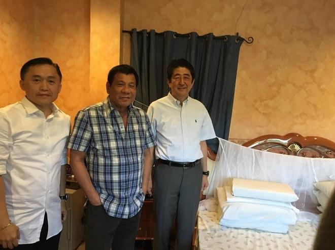 Ong Duterte moi ong Abe an sang, khoe giuong ngu o nha rieng hinh anh