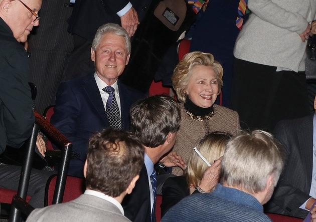 Vo chong Clinton hen ho tinh cam o nha hat hinh anh 1