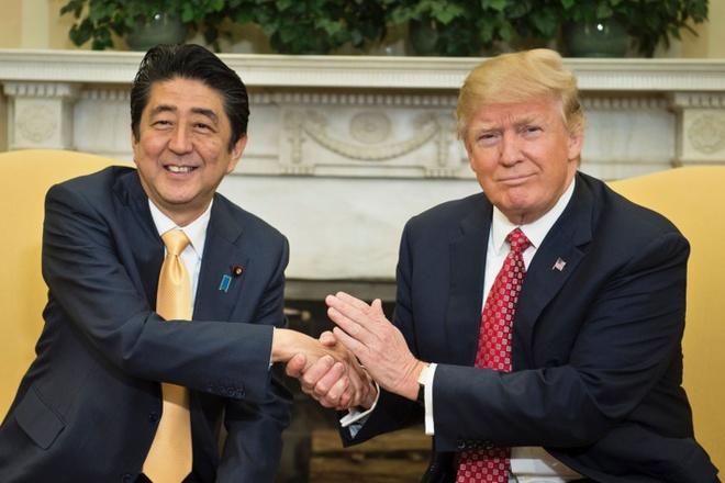 19 giay bat tay ky la giua Trump va Abe hinh anh 1