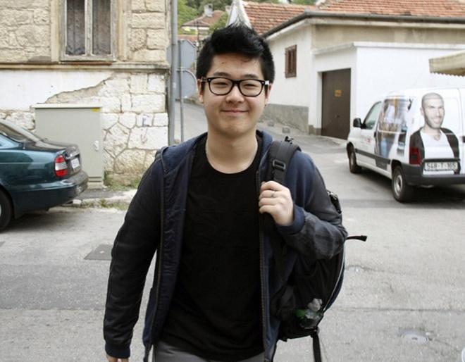 Canh sat dam bao an toan cho con trai ong Kim Jong Nam anh 1