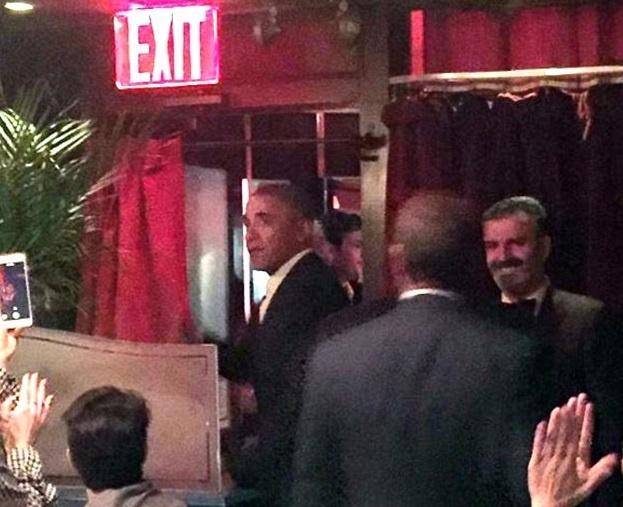 Nha Obama ra quan Italy an mung hop dong sach 60 trieu USD hinh anh 1