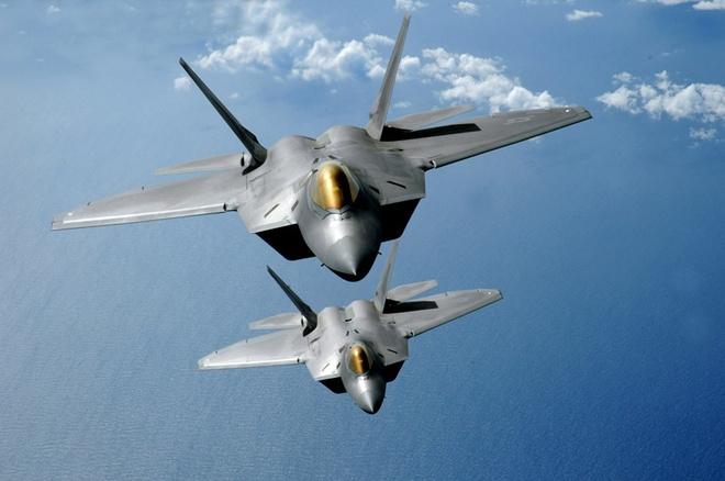 My tung F-22 chan 2 may bay nem bom Nga ap sat bien gioi hinh anh