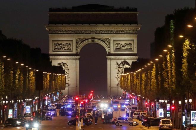 Paris: Xa sung giua dai lo Champs Elysees, mot canh sat thiet mang hinh anh