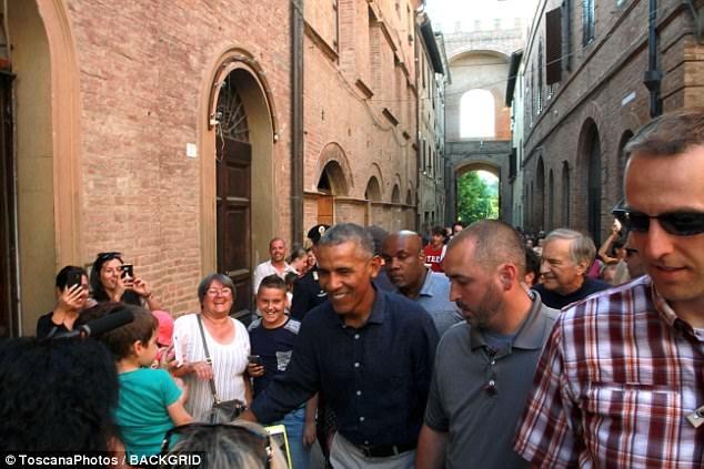 Obama bi 'cuon di' giua dong nguoi ham mo o Italy hinh anh 1