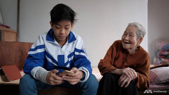 Cu ba 97 tuoi 'sanh Internet nhat Viet Nam' len bao nuoc ngoai hinh anh 1