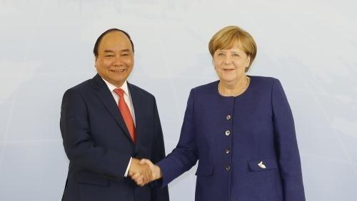 Thu tuong Nguyen Xuan Phuc hoi dam voi Thu tuong Merkel hinh anh