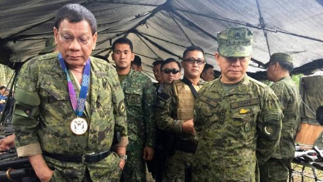 Tong thong Duterte tham dot xuat vung chien su Marawi hinh anh 1