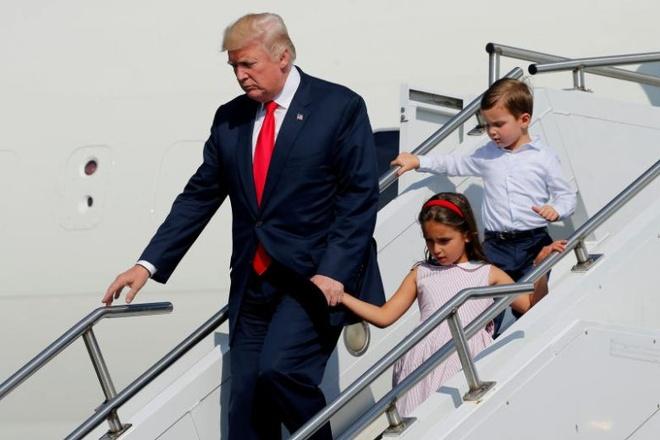 Trump noi lam viec vat va tai cau lac bo golf anh 1