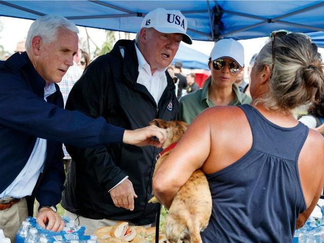 Ong Trump dich than phuc vu bua an cho nguoi dan Florida hinh anh