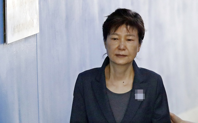 Park Geun Hye trai qua 6 thang bi giam 'cuc kho va khung khiep' hinh anh