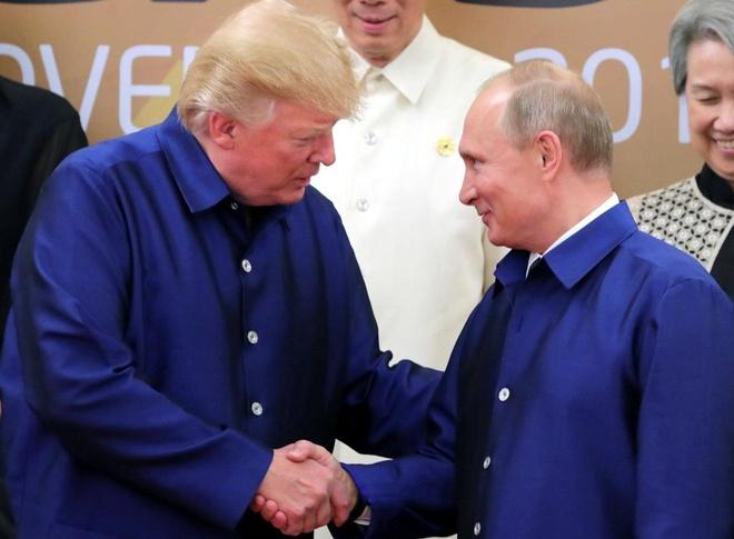 Tong thong Trump va Putin bat tay tai APEC hinh anh