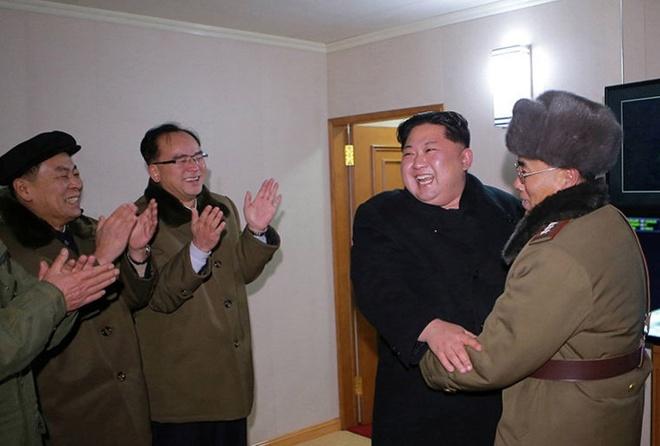 Ong Kim Jong Un chia vui cung cap duoi khi Trieu Tien thu ten lua hinh anh
