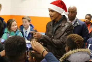 Obama doi mu ong gia Noel, bat ngo ghe tham cac em nho hinh anh