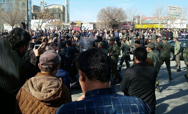 Iran lao dao trong lan song bieu tinh chong gia ca tang hinh anh 1