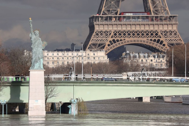 Paris 'that thu' truoc nuoc lu, hang tram nguoi phai so tan hinh anh