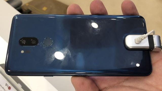 LG 'khoe' G7 cau hinh Galaxy S9, ngoai hinh iPhone X hinh anh 1