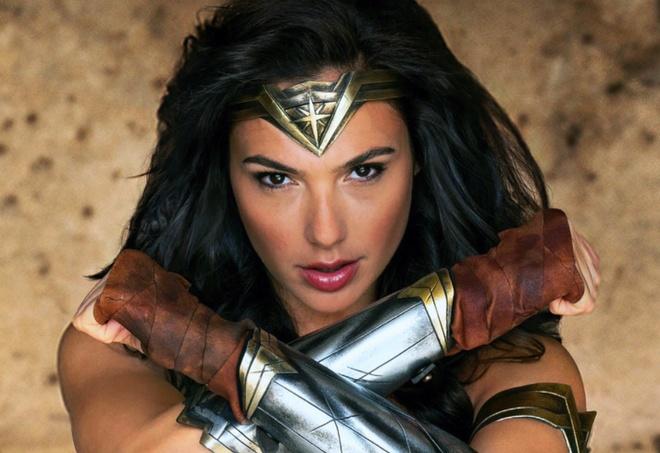 Wonder Woman bi phat hien dung iPhone dang quang cao Huawei hinh anh