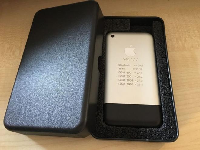 Nguyen mau iPhone chay OS X duoc dau gia 12.000 USD hinh anh