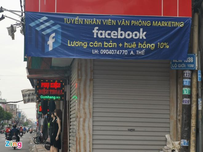 """Văn phòng này đăng tuyển nhân viên """"marketing Facebook"""" với đãi ngộ gồm lương căn bản và hoa hồng 10%."""