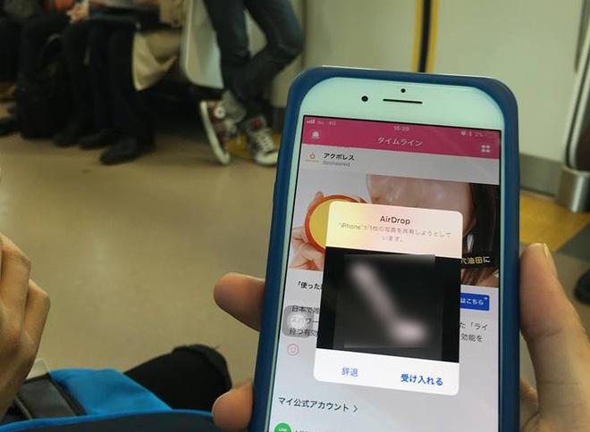 Vấn nạn quấy rối tình dục qua iPhone trên tàu điện tại Nhật Bản