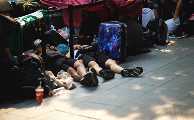 Người Việt vạ vật ăn ngủ trước Apple Store chờ iPhone 11