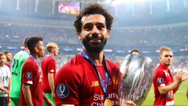 Cau thu Liverpool an mung chuc vo dich sieu cup trong phong thay do hinh anh