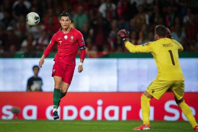 Ronaldo sap can moc 700 ban thang trong su nghiep hinh anh 1