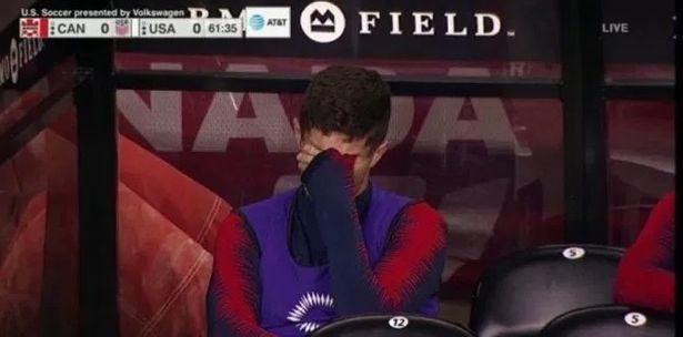 Sao Chelsea khoc sau khi bi thay ra hinh anh 1