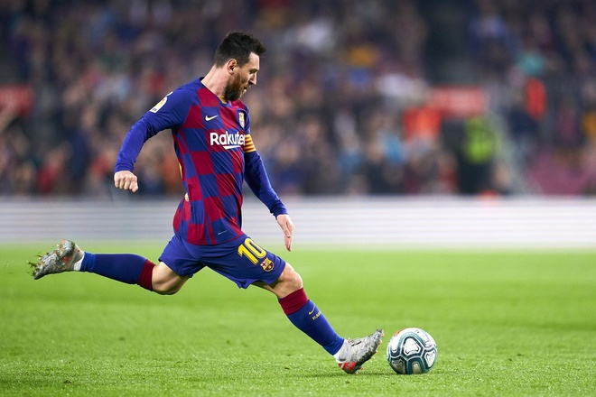 Messi duoi kip ki luc ghi ban cua Ronaldo anh 1