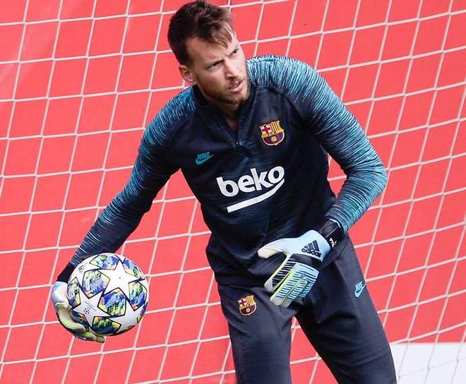 Neto (năm 2019, 26 triệu euro): Thủ thành người Brazil chỉ là phương án dự phòng cho Marc-Andre ter Stegen trong khung gỗ Barcelona. Từ đầu mùa giải 2019/20 đến nay, anh có vỏn vẹn một lần ra sân tại La Liga.