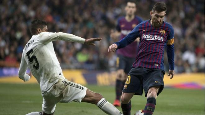 Varane tiet lo cach de ngan can Messi hinh anh 1 varanemessi.jpg