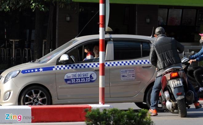 Xe may be cua, di tat o chan cau vuot bat chap nguy hiem hinh anh 5 Tài xế taxi này đã rất bất bình khi bị chiếc SH đi ngược chiều, suýt gây ra va chạm.