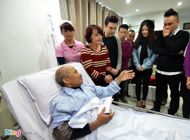 Dong nghiep trao tien ung ho cho 'Chu Van Quenh' hinh anh