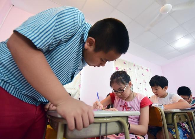 'Than dong' Do Nhat Nam mo lop day tieng Anh mien phi hinh anh 3 Những bài học chủ yếu nằm trong sách nhưng thông qua các trò chơi, bài hát để truyền tải đam mê và yêu thích học tiếng Anh tới các em.