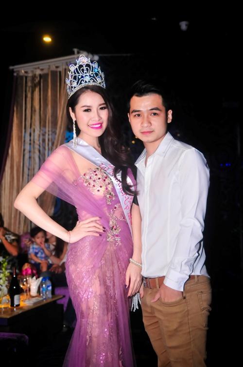 Ung Hoang Phuc hat nhay soi dong chuc mung Que Van hinh anh 5