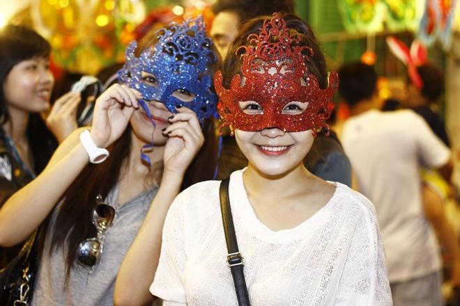 'Ban sao Huong Tram' tiu tit dao pho cung hot girl The Voice hinh anh 2