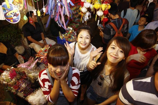 'Ban sao Huong Tram' tiu tit dao pho cung hot girl The Voice hinh anh 1