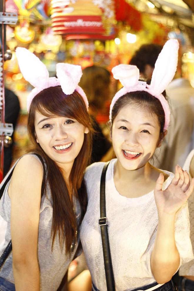 'Ban sao Huong Tram' tiu tit dao pho cung hot girl The Voice hinh anh 3