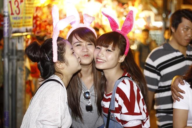 'Ban sao Huong Tram' tiu tit dao pho cung hot girl The Voice hinh anh 4