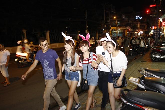 'Ban sao Huong Tram' tiu tit dao pho cung hot girl The Voice hinh anh 6