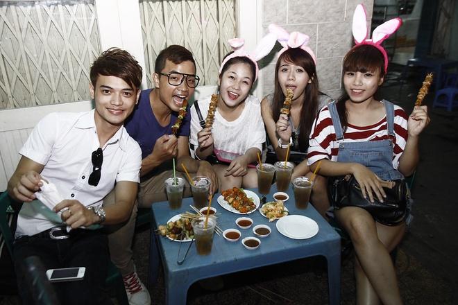 'Ban sao Huong Tram' tiu tit dao pho cung hot girl The Voice hinh anh 7