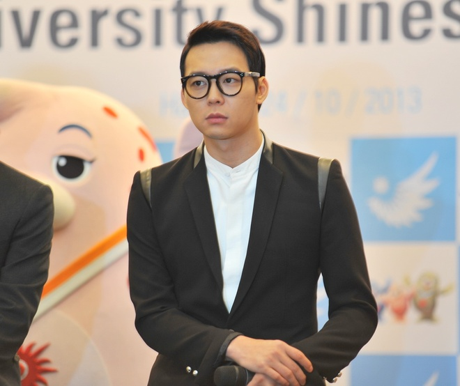'Hoang tu gac mai' Yoochun banh bao chao fan Ha Noi hinh anh