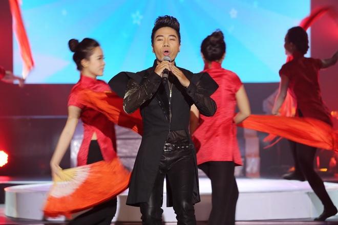 Dong Nhi ngo nghinh ben Ngo Kien Huy trong hau truong hinh anh 12