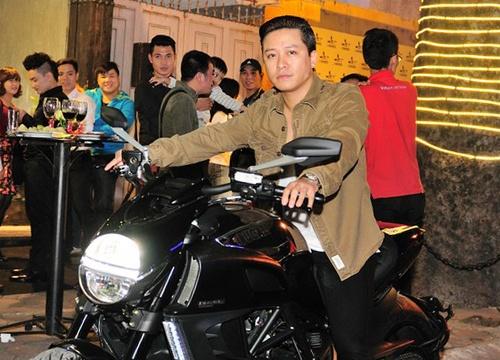 Tuan Hung 'bo roi' ban gai, cuoi xe 700 trieu di du tiec hinh anh