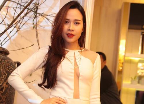 Luu Huong Giang khoe kheo nguc day khi du tiec mot minh hinh anh
