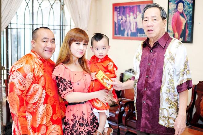 Cha con Hieu Hien xung xinh ao dai do di chuc Tet hinh anh 5