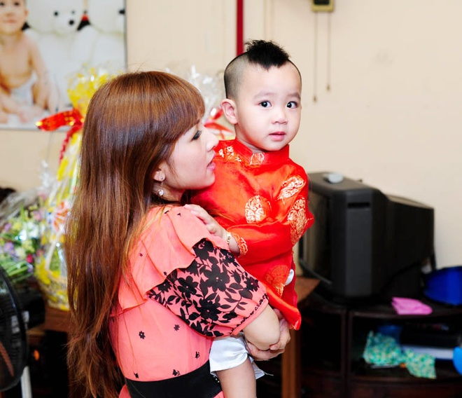 Cha con Hieu Hien xung xinh ao dai do di chuc Tet hinh anh 6