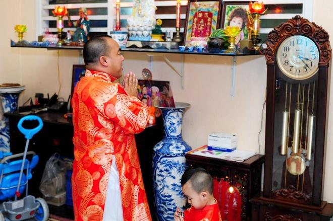Cha con Hieu Hien xung xinh ao dai do di chuc Tet hinh anh 2